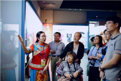"""广西壮族自治区民族博物馆""""红石榴""""志愿者团队"""