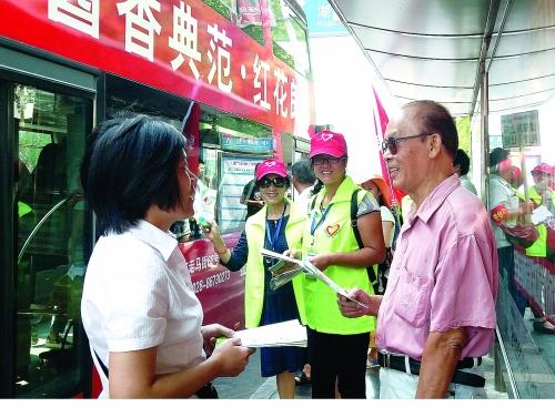 """桂林公交人和志愿者上街宣传""""绿色出行"""""""